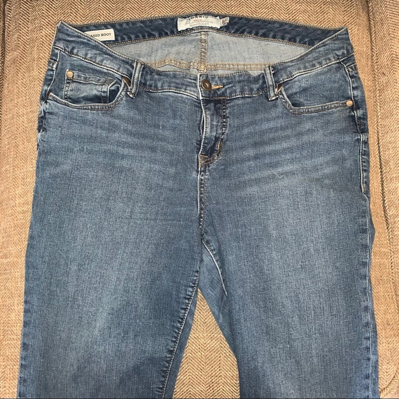 EUC Torrid Relaxed Boot Jeans Size 18R.